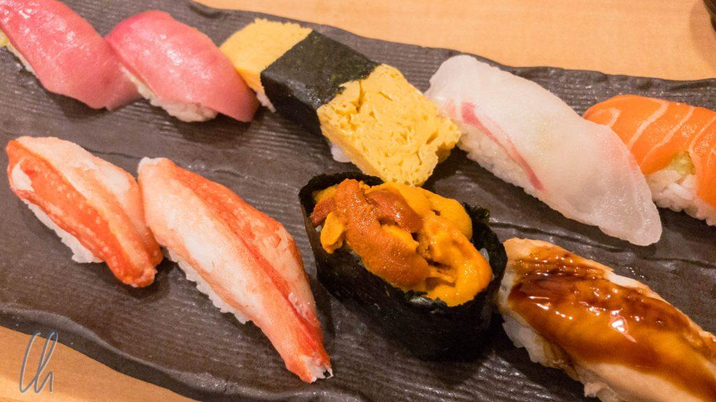 Maki-Sashimis. Oben: Thunfisch, Japanisches Omlette, Snapper, Lachs. Unten: Snow Crab, Seeigel, Aal.
