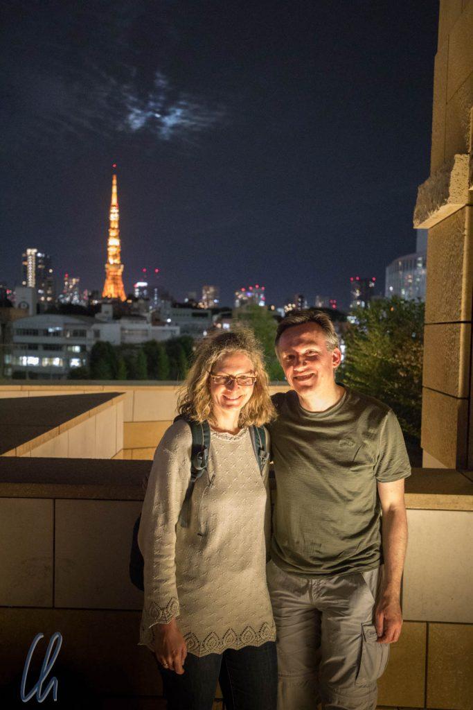 Am Roppongi Hills Mori Tower mit Tokyo Tower im Hintergrund
