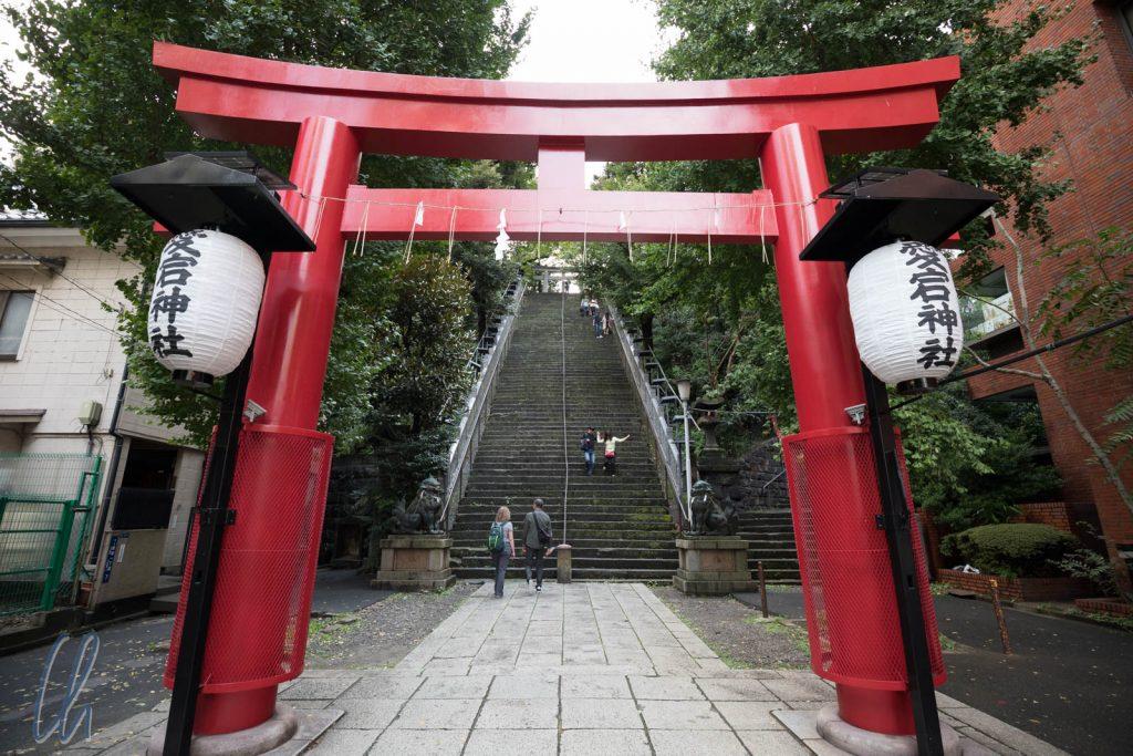 Eingangstorii zum Atago Schrein, dahinter die Treppe des Erfolgs