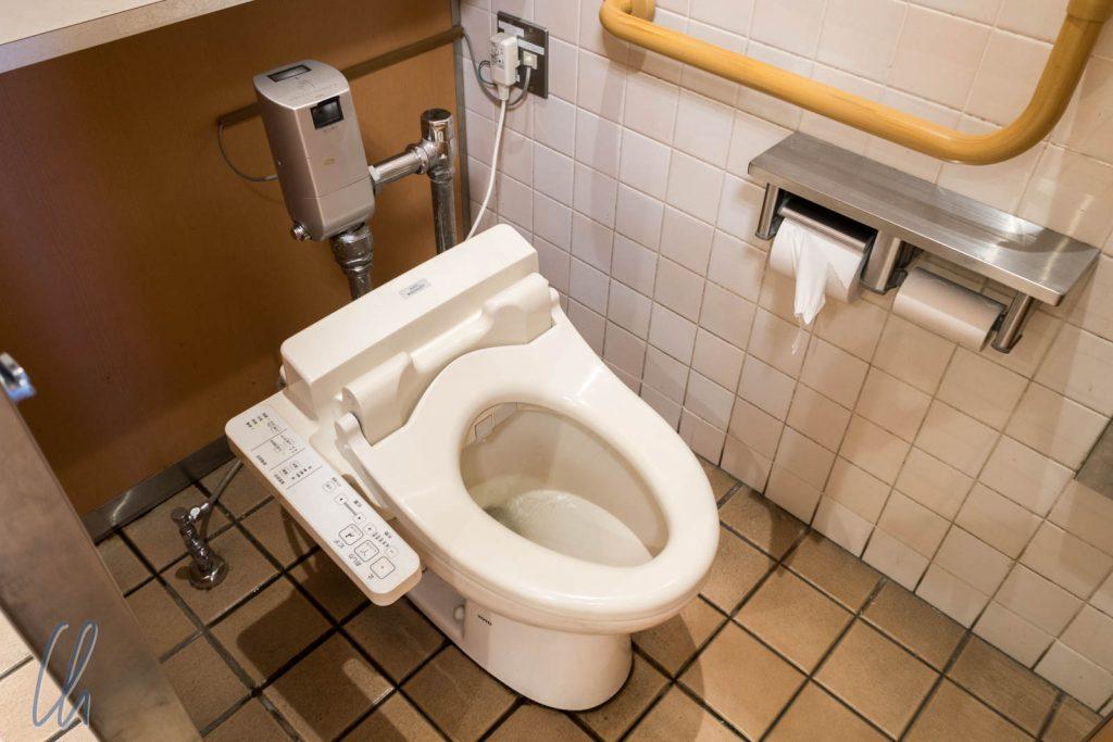 Toilette mit seitlichem Bedienpanel