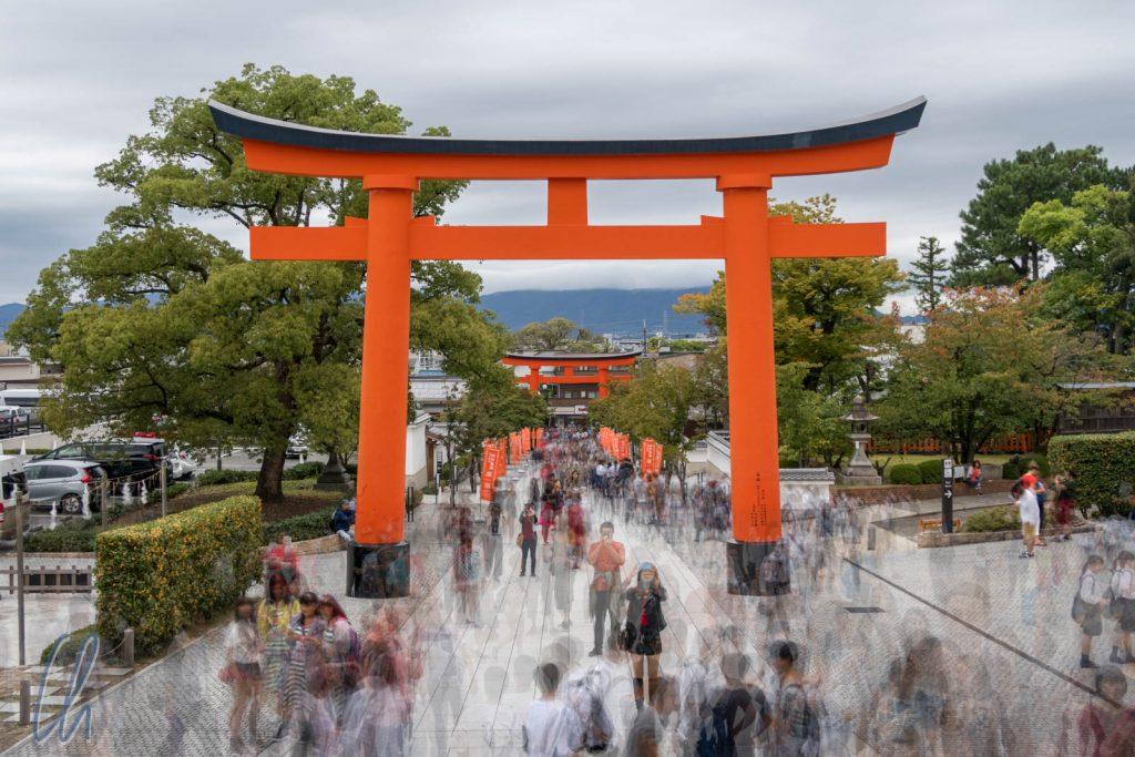 Touristenmassen am Eingangs-Torii des Fushimi Inari-Taisha