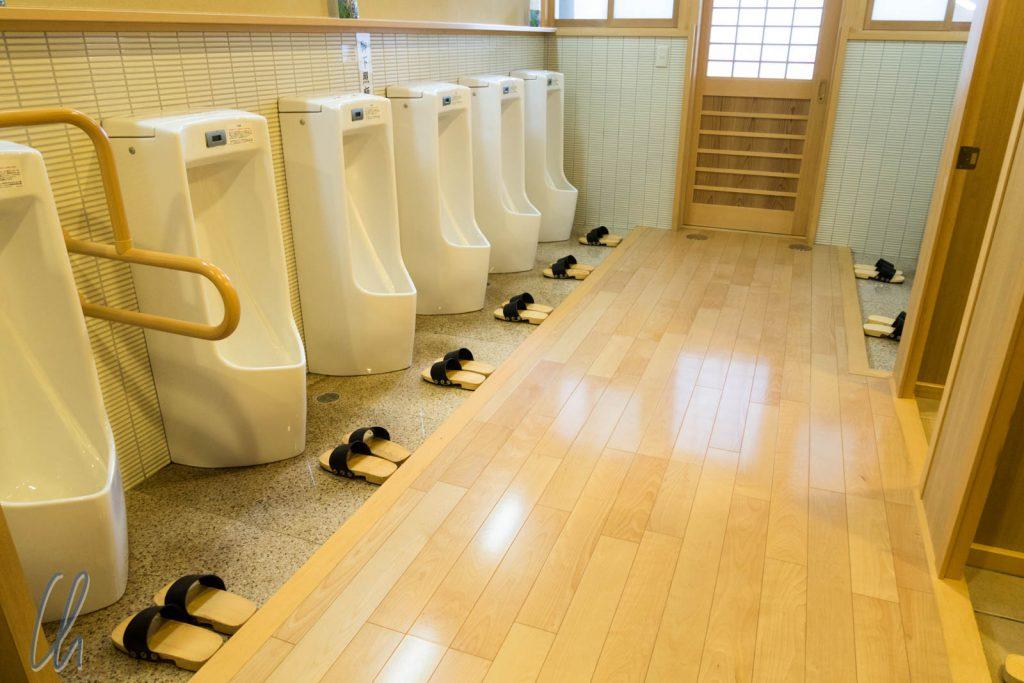 Öffentliche Toilette mit Slippern