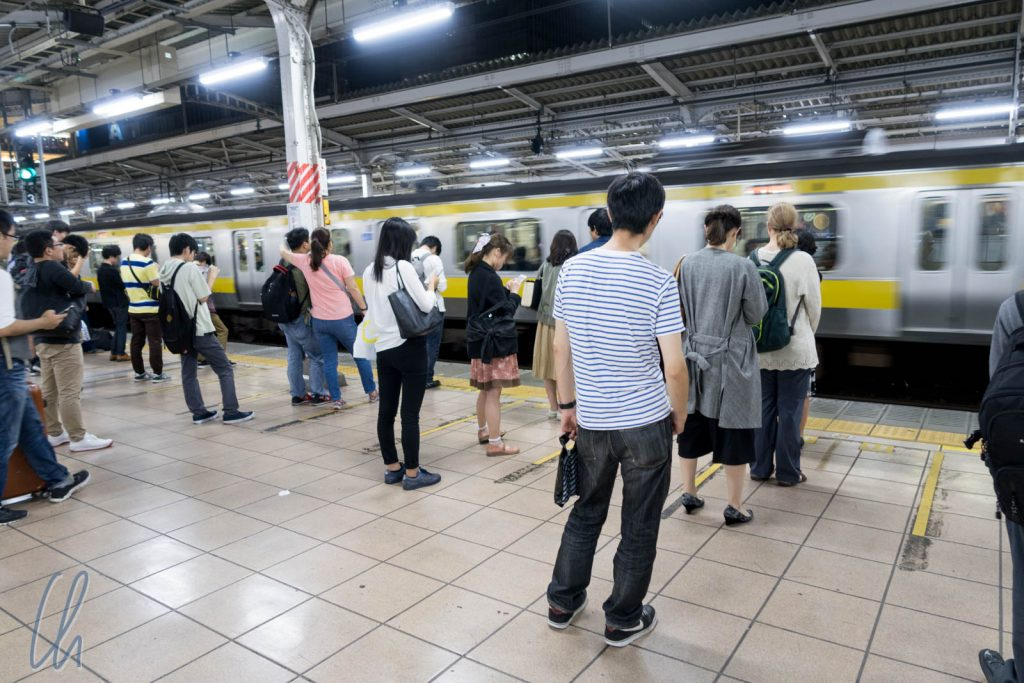 Die Linien zeigen, wo der Zug hält, und sie werden immer beachtet!