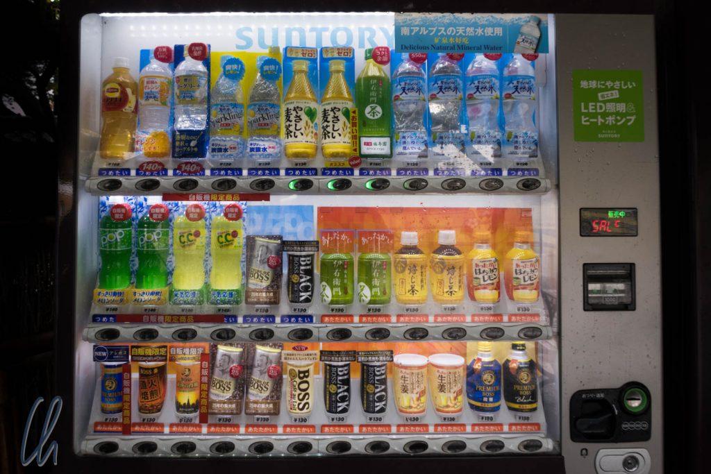 Getränkeautomat mit heißen und kalten Getränken. Die Farbe unter dem Getränk signalisiert die Temperatur