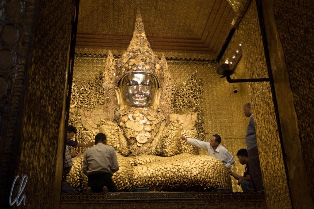 Die Buddha Statue in der Mahamuni-Pagode in Mandalay