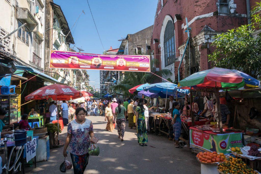 Eine Nebenstrasse in Yangon