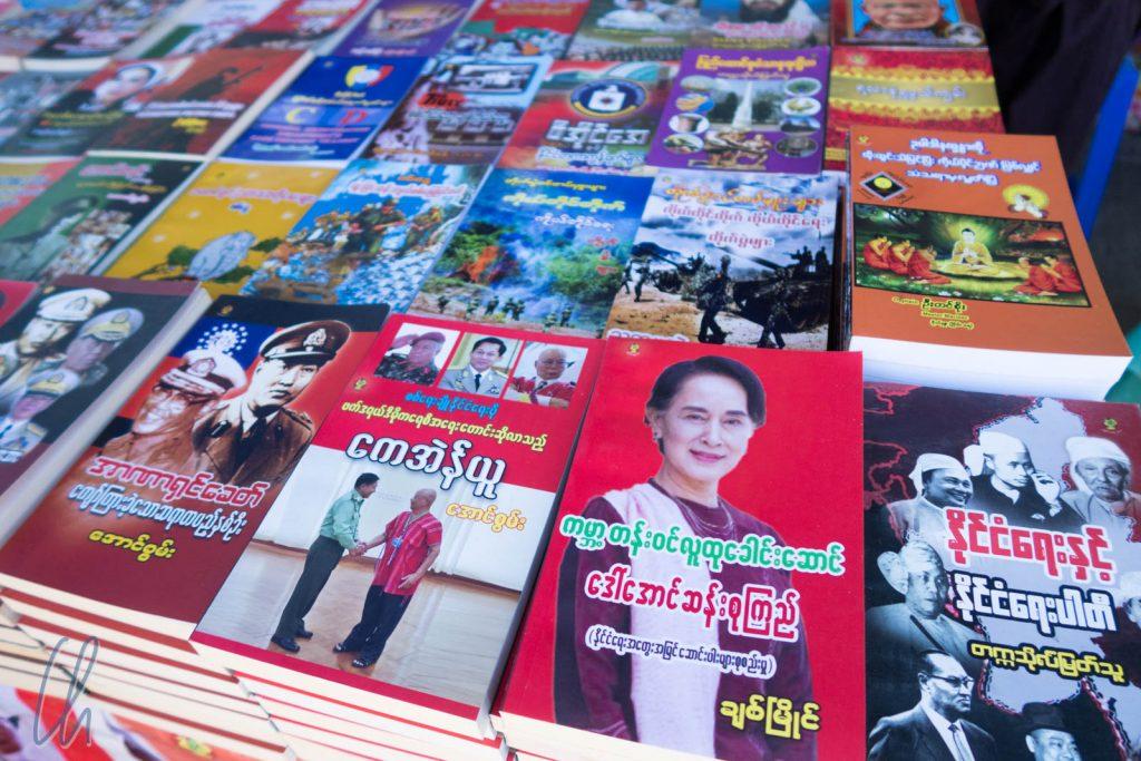 Aung San Suu Kyi taucht oft in Myanmar auf