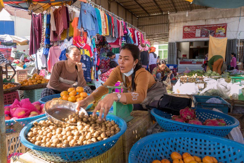 Beim Einkaufen der Leckerlis für den Besuch im Phnom Tamao