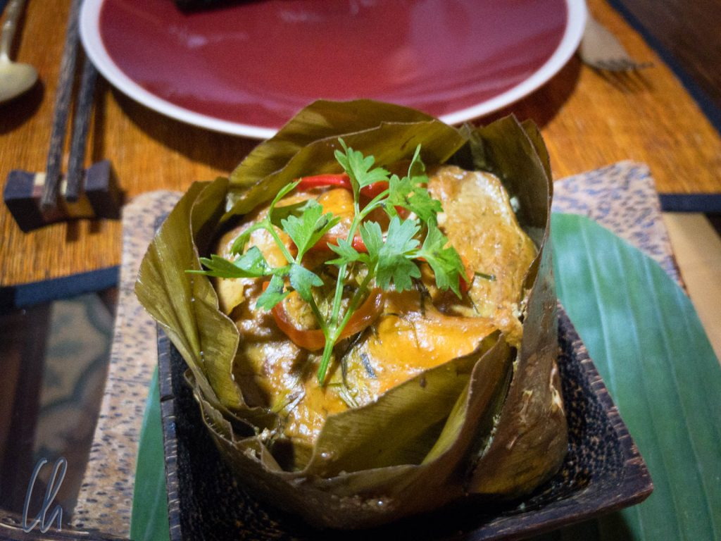 Amok, das kambodschanische Nationalgericht - zubereitet und serviert in Bananenblättern