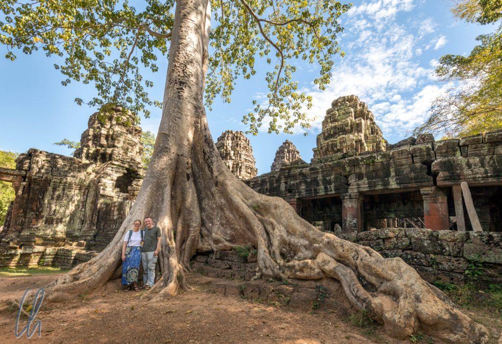 Reisezwerge vor Baumriese im Banteay Kdei