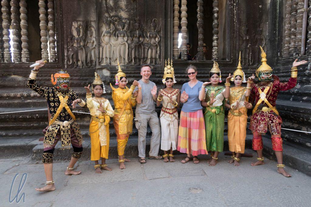 Gruppenbild mit Dämonen und Apsaras