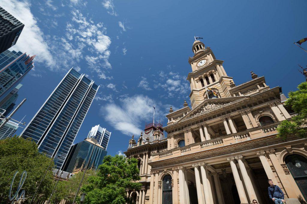 Die koloniale Sydney Town Hall und moderne Hochhäuser