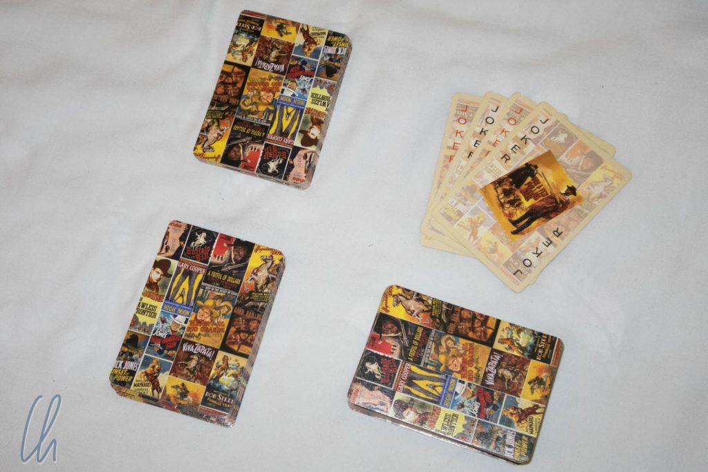 Beim Austeilen sind zunächst die Joker aussortiert (oben rechts). Davon bekommt jeder Spieler (bei 2 Spielern) 26 Karten (links) für den Kartenstapel