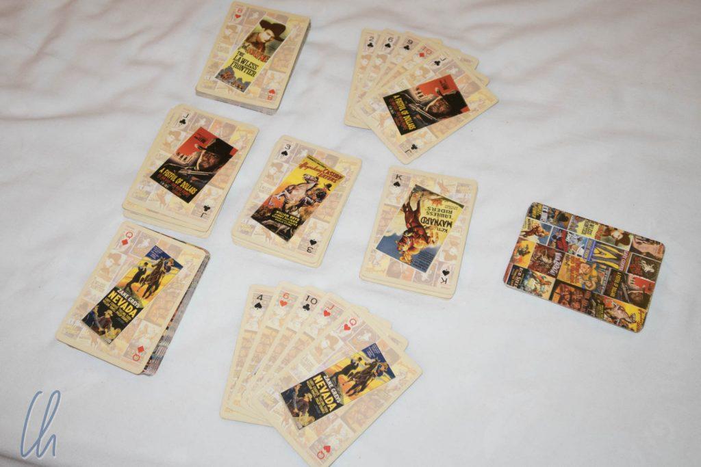 Das Spiel ist im Gange, in der Mitte sind 3 Stapel (Ablegestapel sind nicht im Bild)