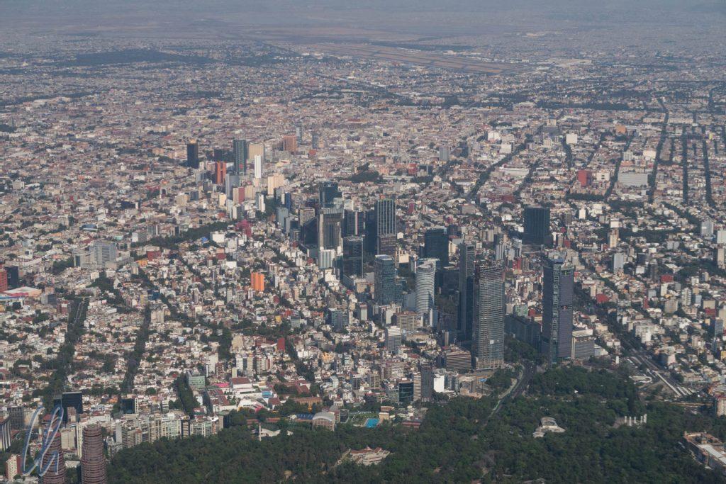 Im Anflug auf Mexiko City. Im Vordergrund Avendia Chapultepec, dahinter (schwer zu erkennen) das Zentrum, dahinter der Flughafen
