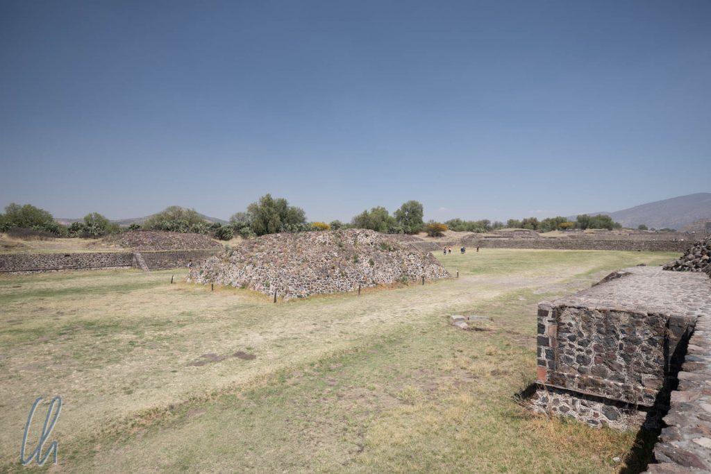 """Unterwegs nach Süden auf der """"Calzada de los Muertos"""", der Hauptstrasse von Teotihuacán"""