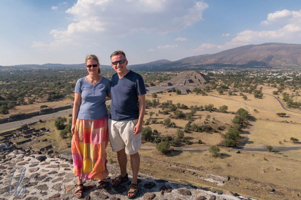 Wir stehen auf der Sonnenpyramide von Teotihuacán (in Hintergrund die Mondpyramide)