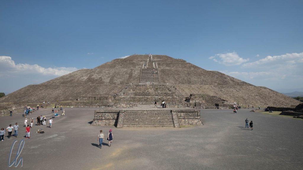 Die Sonnenpyramide hat eine ähnliche Grundfläche wie die Cheobspyramide, ist aber nicht so hoch