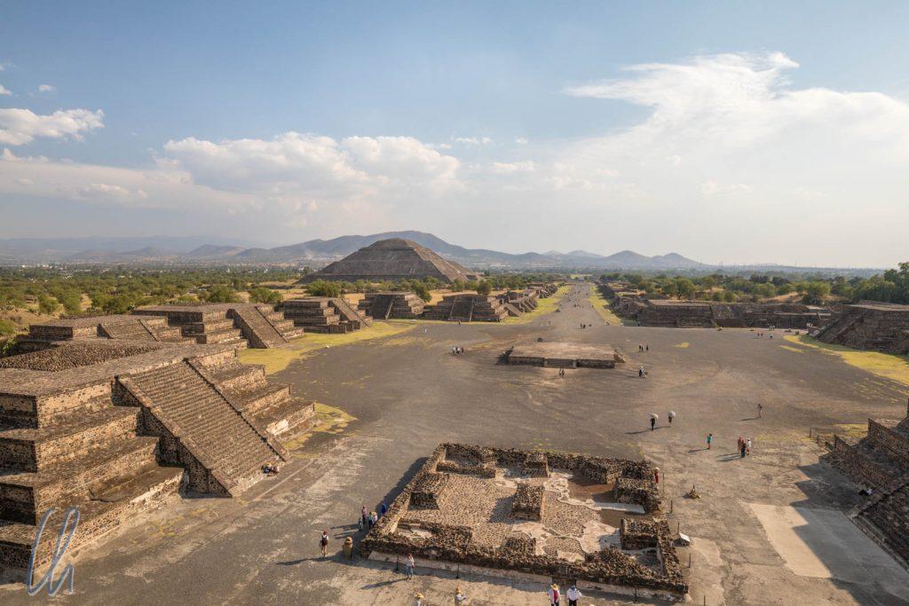 Hintergrund mittig die Calzade de los Muertos, links die Sonnenpyramide