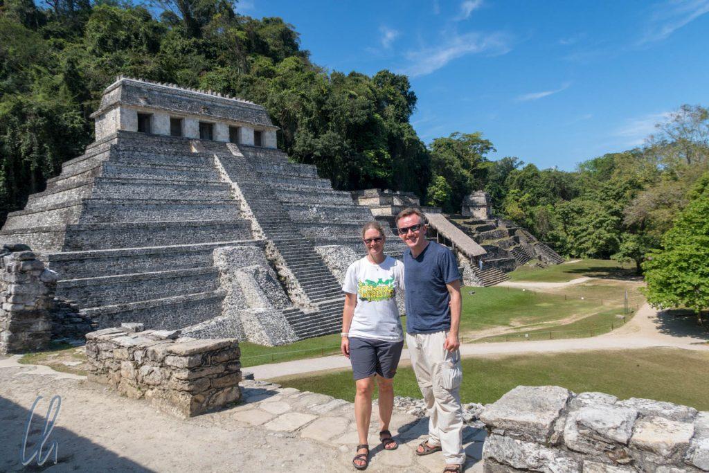 Besuch bei den Maya in Palenque. Im Hintrergrund steht der Palast der Inschriften