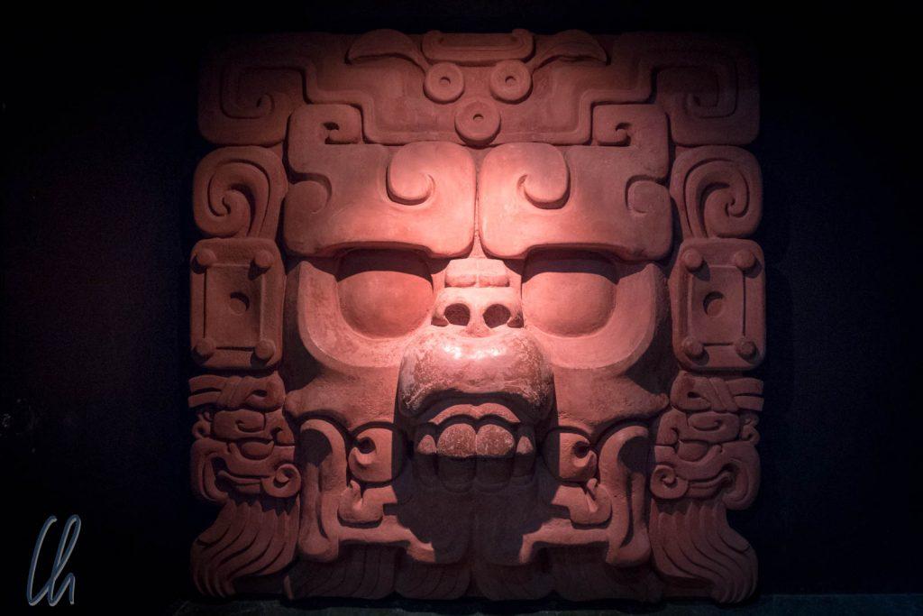 Der Herr des Lebenden Berges, die fleischlosen Lippen symbolosieren den Eingang ins Yibalbá, der Unterwelt der Maya