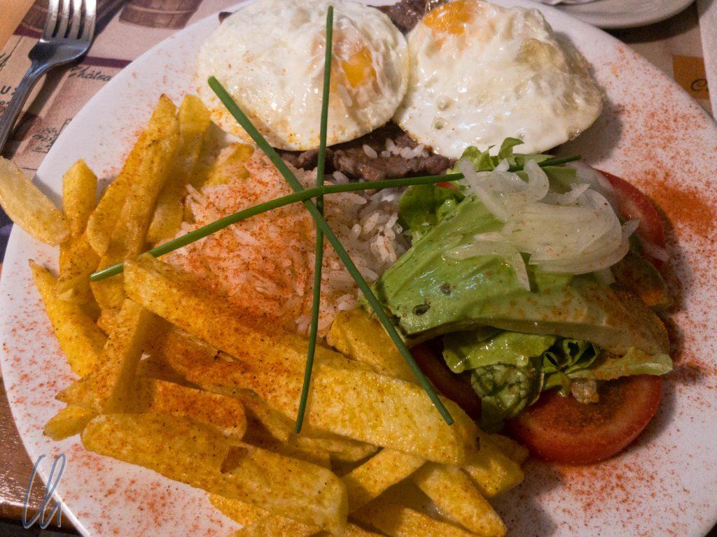 Die ecuadorianische Küche ist auf der deftigen Seite. Dies ist ein Churrasco Ecuatoriano.