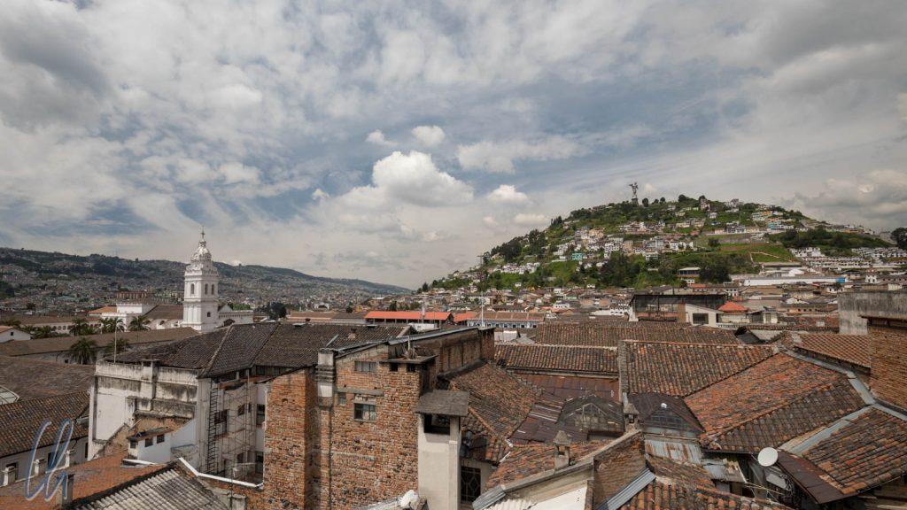 Altstadtpanorama von Quito, links der Kirchturm von Santo Domingo und rechts der Panecillo (der Brötchen-Hügel)