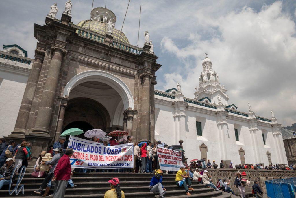 Die ecuatorianischen Rentner demonstrieren vor der Kathedrale von Quito