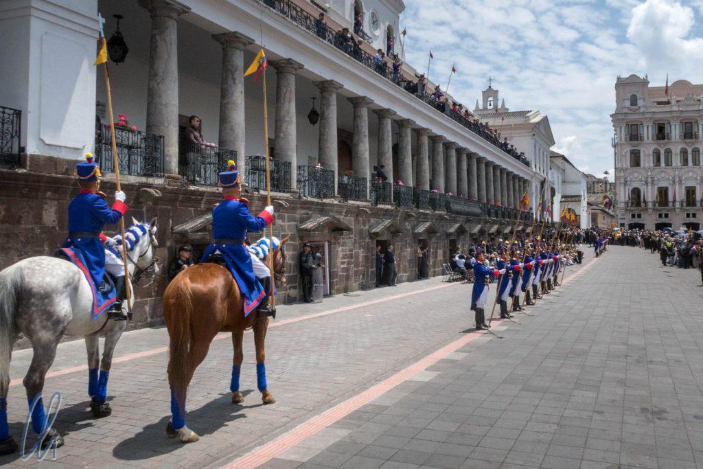Wachwechsel auf dem Plaza Grande mit prunkvollen Uniformen, Pferden und Blasmusik