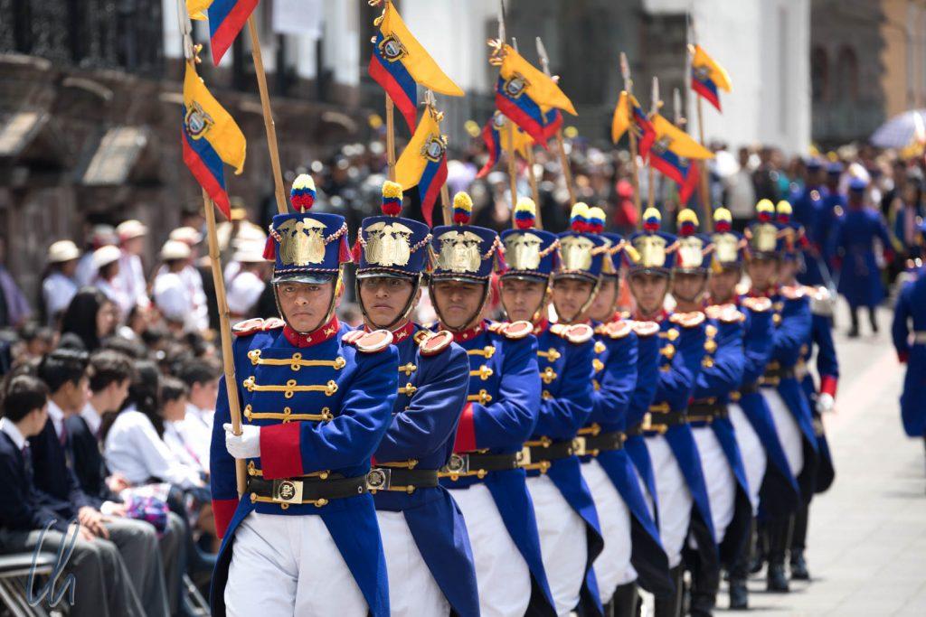 Die Wachen marschieren mit den ecuatorianischen Farben