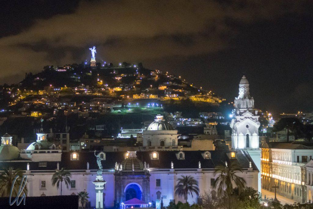 Nächtlicher Blick über die koloniale Altstadt von Quito. Im Vordergrund ist die Kathedrale, im Hintergund der Panecillo.