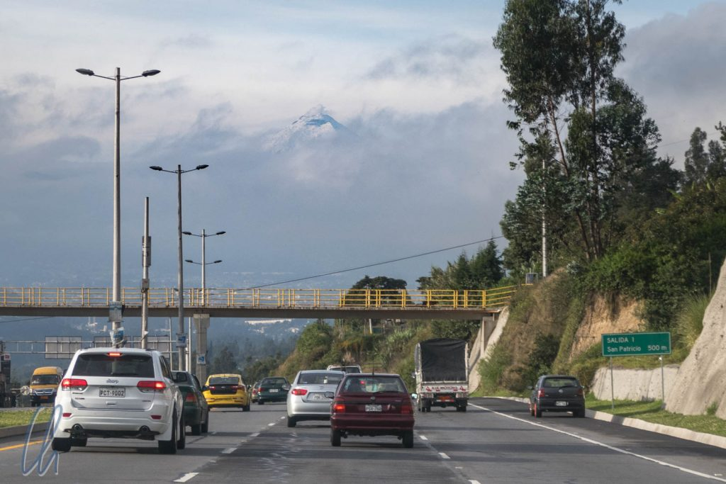 Ecuador hat wirklich moderne Straßen. Im Hintergrund schaut der Cotopaxi aus den Wolken.