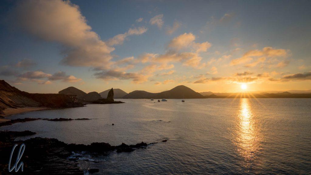 Sonnenuntergang über der Insel San Bartolome mit Pinnacle Rock