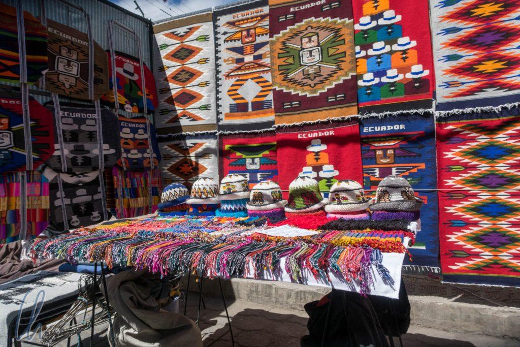 Typisch andine Muster auf dem Wochenmarkt von Otavalo