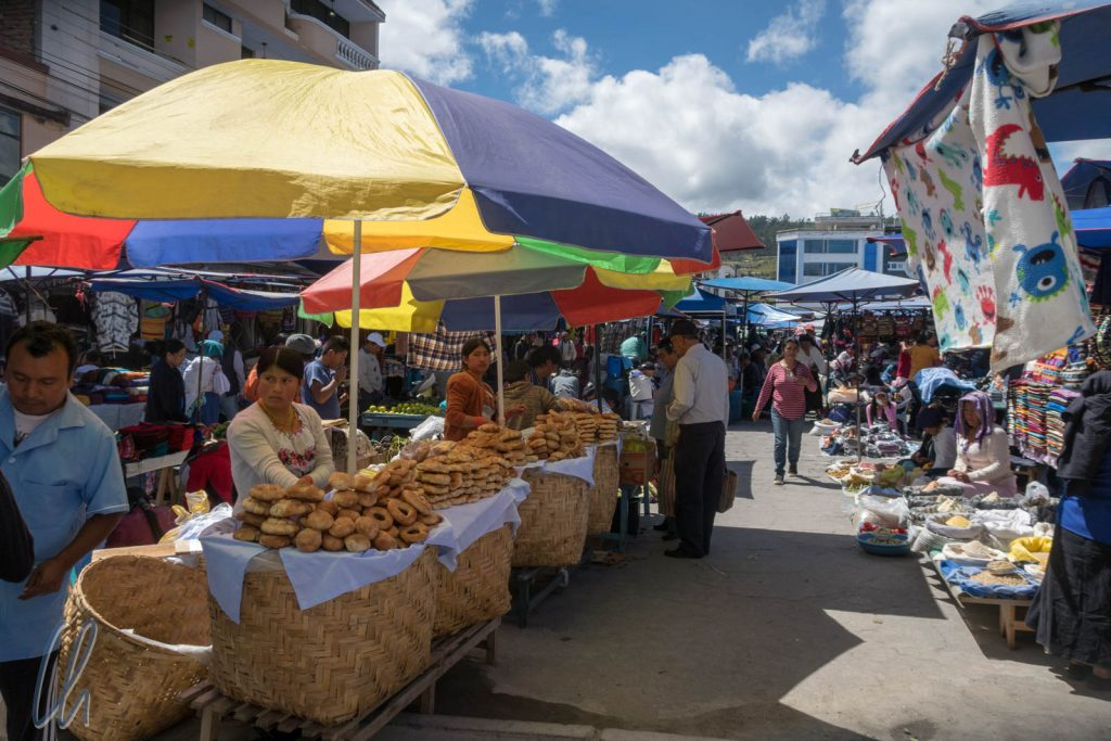 Auf dem Wochenmarkt gibt es natürlich auch Lebensmittel, hier Backwaren.
