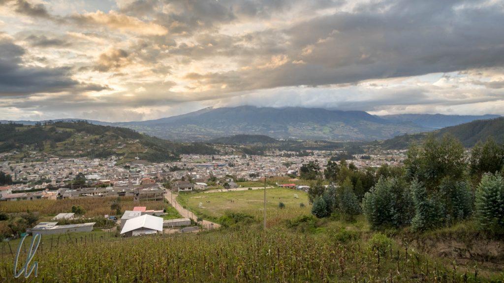 Blick über Otavalo aus der Ferne