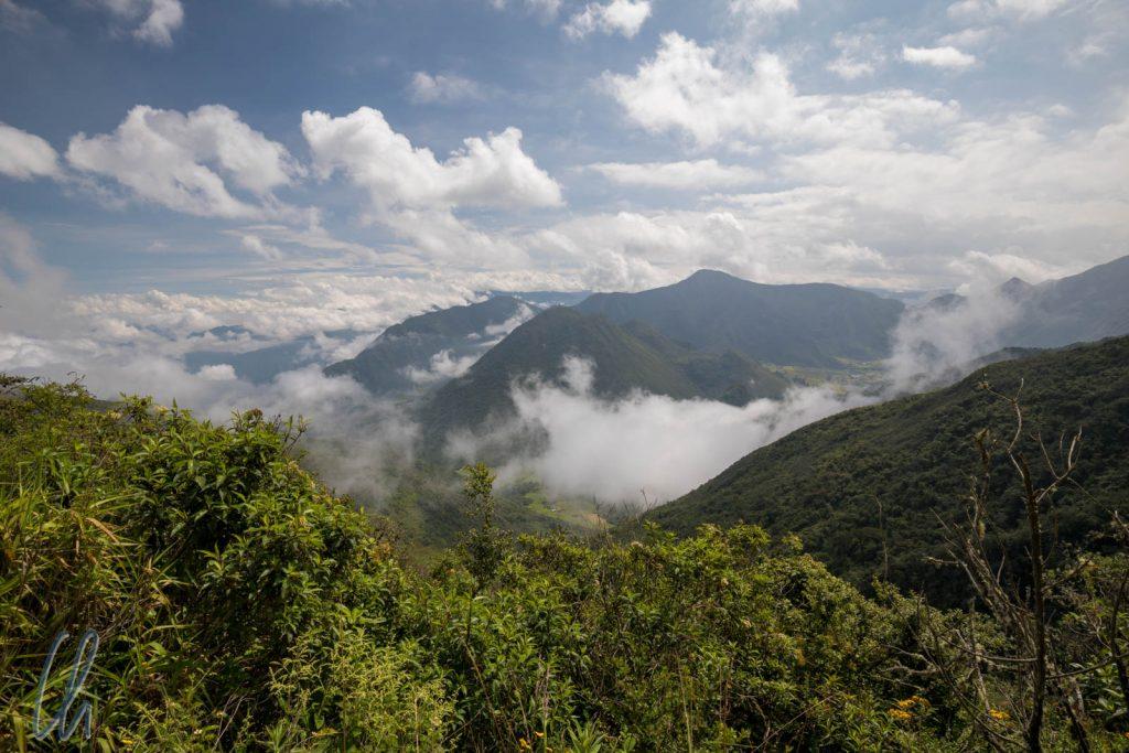 Auf der Fahrt in den Krater zogen schon die ersten Wolken auf.