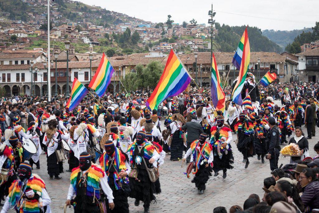 Eine indigene Gruppe in der Parade mit ihrer Regenbogen-Flagge