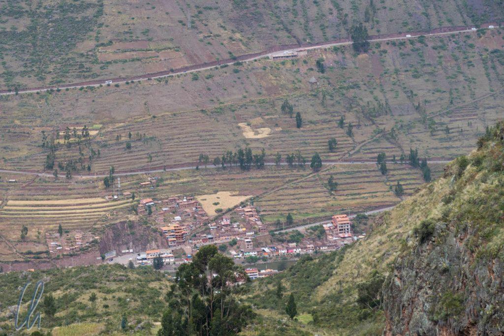 Die moderne Straße (oben diagonal und in der Mitte) und der alte Inkaweg (steiler als die Straße, auf Ort nach rechts aufsteigend)
