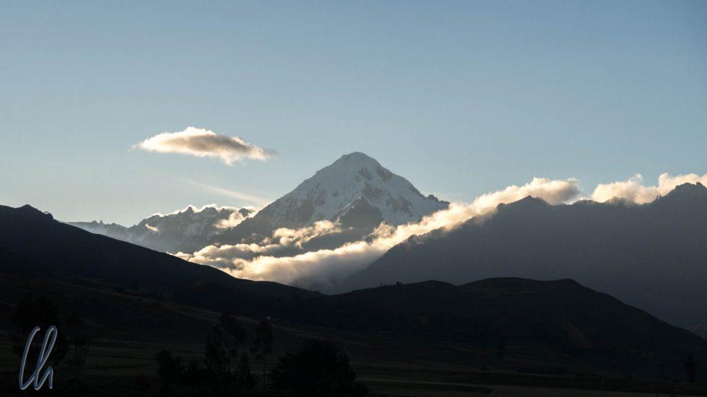 Die letzten Sonnenstrahlen fallen auf den Nevado Veronica (5682 m)