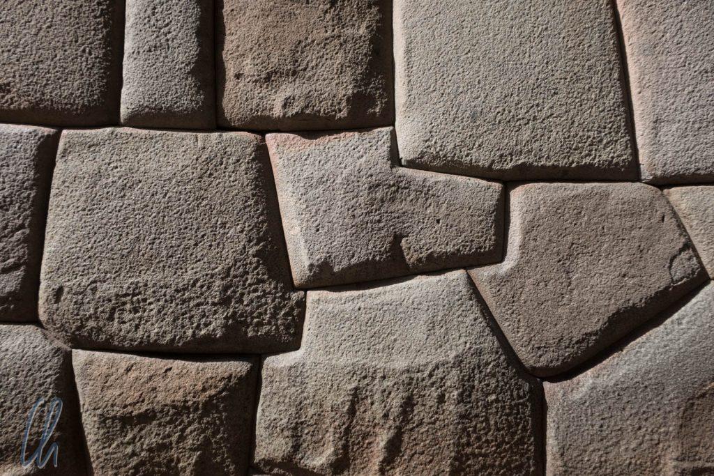 Eine Inkamauer, akkurat aus großen Steinen gefertigt