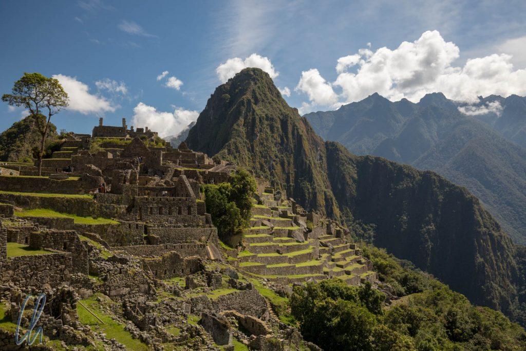 Machu Picchu mit dem Berg Huayna Picchu im Hintergrund