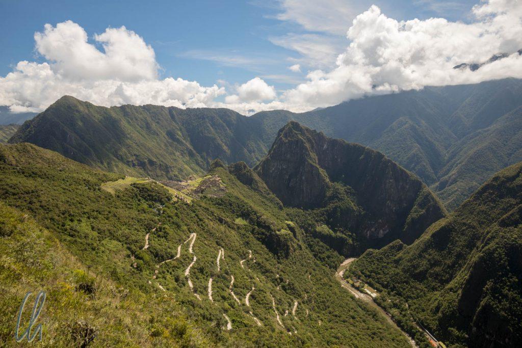 Diese Serpentinen führen hinauf nach Machu Picchu (Blick Nähe Intipunko)