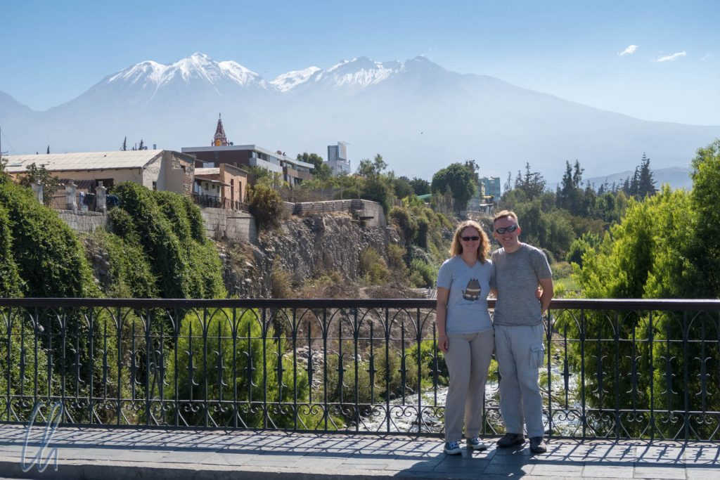 Brück über den Rio Chili in Arequipa, im Hintergrund der Chachani