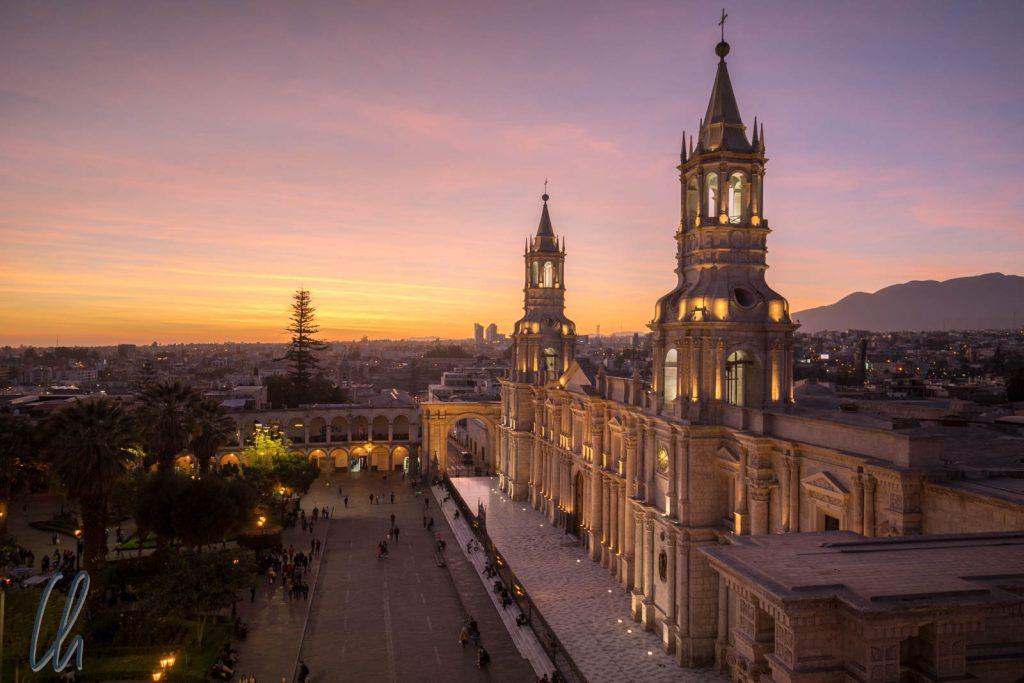 Die Kathedrale von Arequipa, in weißen Sollar erbaut. Ihr Innenleben hat sich mit sporadischen Öffnungszeiten leider vor uns versteckt.