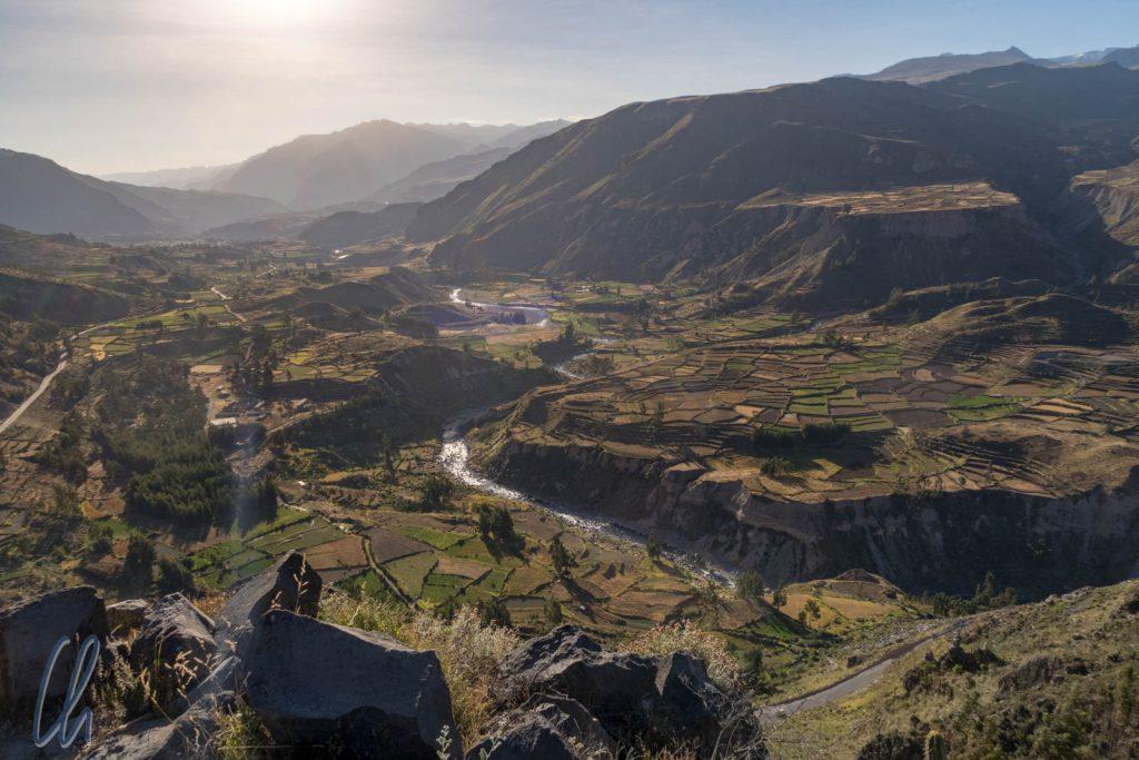 Blick über das Colca-Tal in Richtung Lari