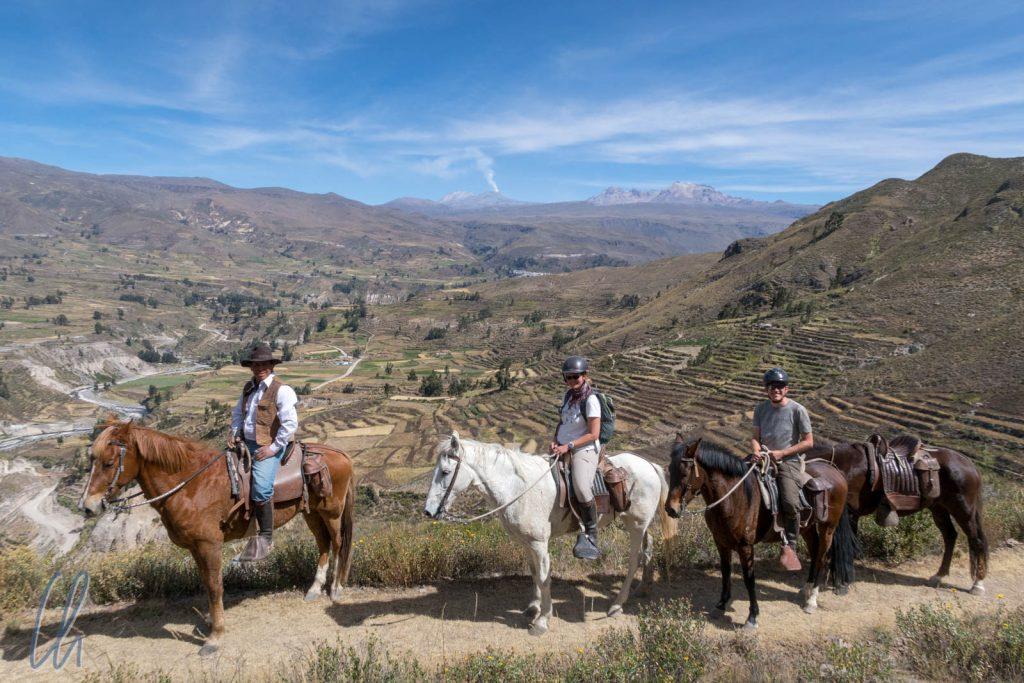 Colca-Panorama mit unseren Pferden, Mona auf Machi, Christian auf Dilirio