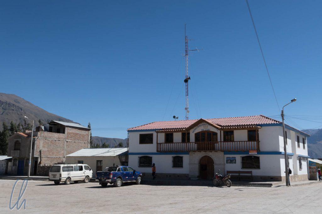 Das Rathaus von Lari mit Lautsprecheranlage