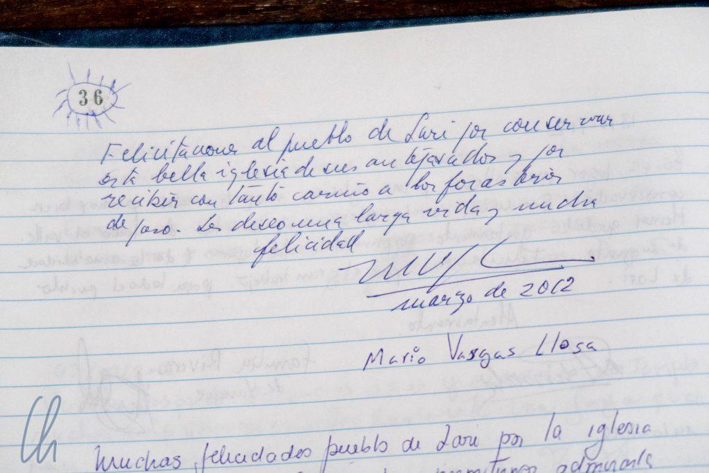 Das goldene Buch der Kirche von Lari, der Eintrag von Mario Vargas Llosa