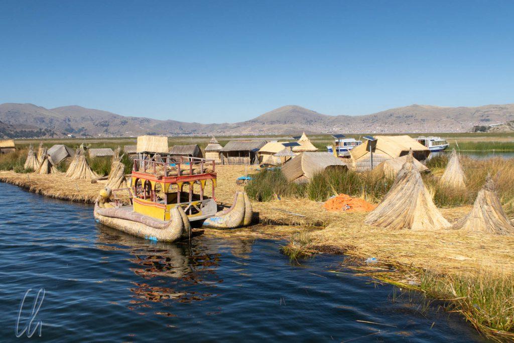 Willkommen auf Uros! Nicht nur die schwimmenden Inseln, sondern auch Häuser und Boote werden aus Totora gefertigt.